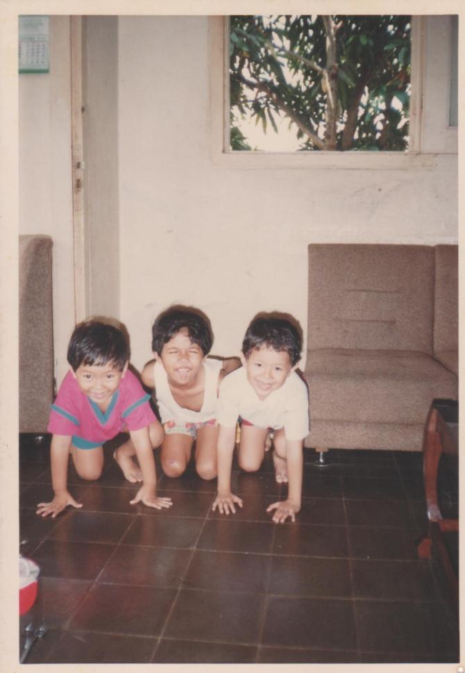 """Iqbal, Tyan, Fandi (ki-ka). Di dalam rumah """"Belanda"""". Di balik jendela tampak pohon mangga"""